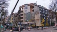 Schwierige Form: Das Berliner Wohnhaus aus den sechziger Jahren bekommt eine neue Hülle.