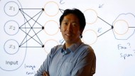 Andrew Ng vor einer Deep-Learning Illustration im Baidu-Labor im Silicon Valley.