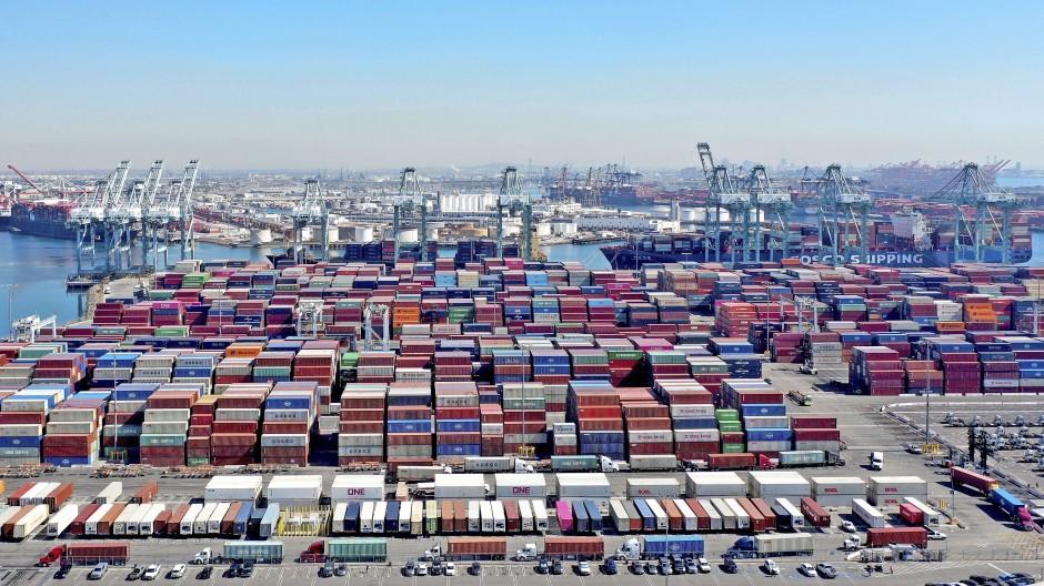 Vollgepackter Warenumschlagplatz: Auch dem Hafen in Los Angeles fällt es derzeit schwer, die angelieferten  Container schnell genug abzutransportieren.