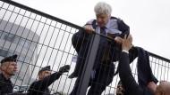 Entfesselter Arbeitskampf: In Frankreich bringt sich ein Top-Manager von Air France während eines Streiks vor wütenden Mitarbeitern in Sicherheit.