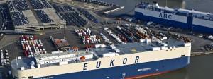 Reger Betrieb am Autoterminal im Hafen von Bremerhaven.