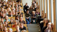 Im Hörsaal: Lohnen sich lange Uni-Ausbildungszeiten unter dem Strich, wenn es ums Gehalt geht?