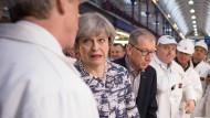Premierministerin Theresa May besucht mit ihrem Ehemann Philip während einer Wahlveranstaltung den Smithfield Markt.