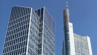 Der Taunusturm neben dem Commerzbank-Turm in Frankfurt