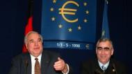 Die Entscheidung ist gefallen: Helmut Kohl und Theo Waigel am 2. Mai 1998 in Brüssel.