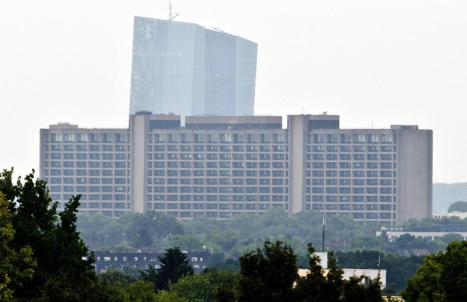 Das sanierungsbedürftige Bundesbank-Gebäude vor dem neuen EZB-Turm.