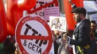 Gegen das geplante Freihandelsabkommen TTIP gibt es viel Protest - am 13. Mai demonstrierten Aktivisten zum Beispiel vor dem EU-Ratsgebäude in Brüssel.