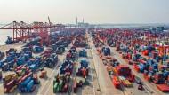 Containerhafen in Qinzho/China: Am Markt steigt die Hoffnung auf einen glimpflichen Verlauf der Corona-Krise.