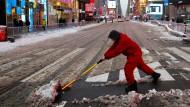 Manchmal ist beim Schneeräumen auf dem Times Square auch Handarbeit nötig.