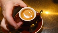Kaffee ist den Deutschen lieb und teuer, bei Milch und Zucker kann dagegen gespart werden.