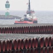 Rohre für die Leitung liegen im Hafen Mukran.