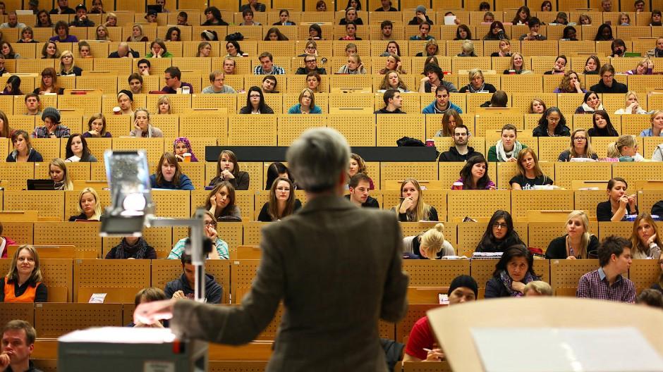 Eine Professorin hält in einem Hörsaal der Ruhr-Universität in Bochum