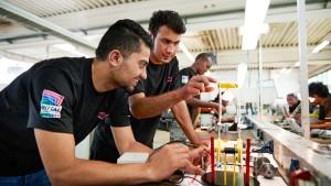 Wie deutsche Unternehmen den Flüchtlingen helfen