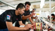 Flüchtlinge erlernen in einer  Ausbildungswerkstatt die Grundfertigkeiten der Metall- und Elektrotechnik.