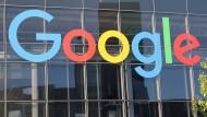 Logo von Google an der Fassade des Hauptsitzes von Alphabet in den Vereinigten Staaten