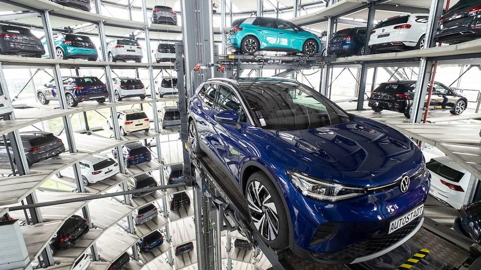 Die neuen Volkswagen-Elektroautos stehen bei einem Pressetermin auf einer Transportplattform in einem Autoturm der Autostadt.