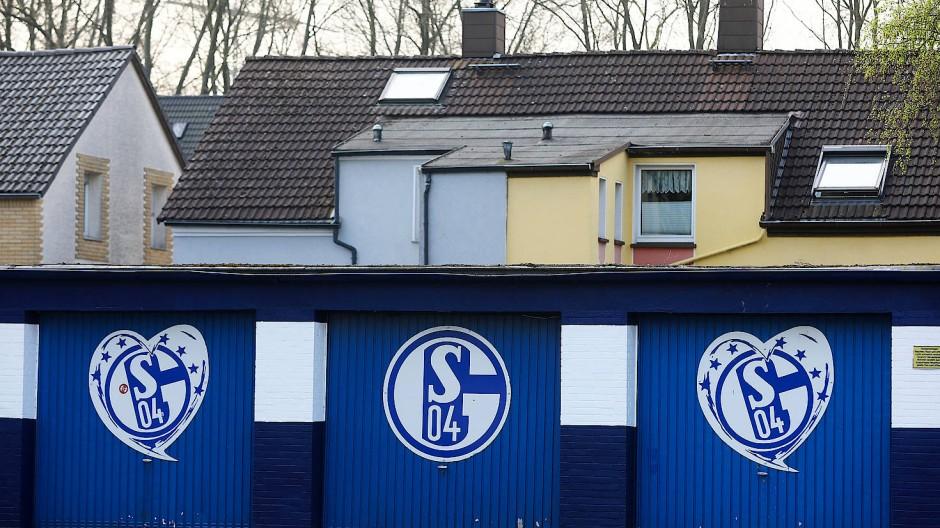 Schalke 04 bleibt Trotz Abstieg in den Herzen der Fans - oder zumindest an den Garagen.