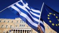 Kräftiger Aufschwung in Griechenland: Eine griechische und eine europäische Flagge vor dem Parlament in Athen.