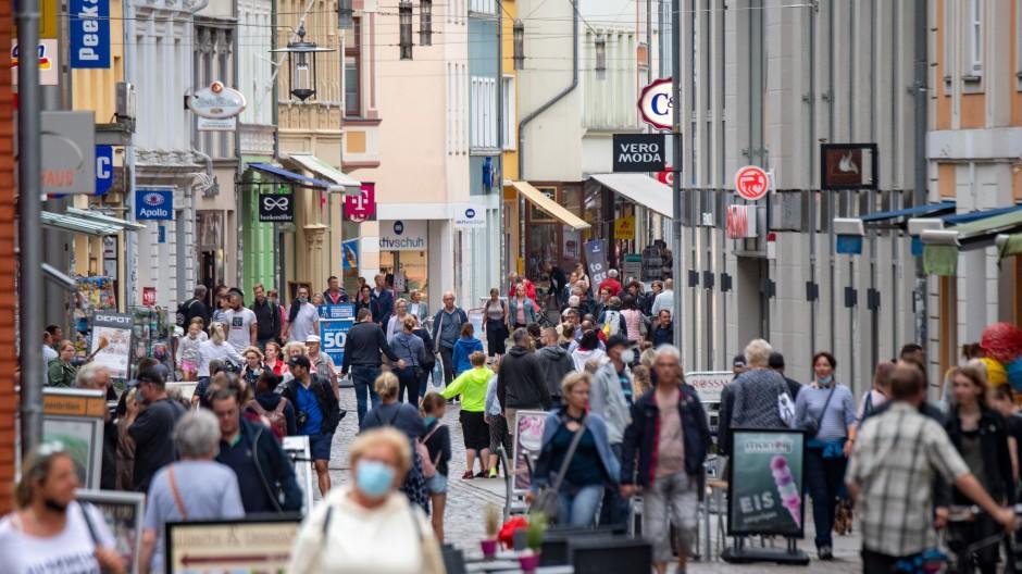 Wieder volle Einkaufsstraßen in Stralsund nach dem Lockdown Anfang des Jahres