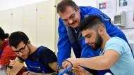 Der Ausbilder für die gewerblich-technische Berufsausbildung hilft in der Ausbildungswerkstatt der Deutschen Bahn AG in Erfurt den Flüchtlingen.