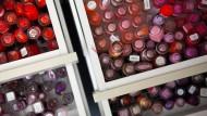 Aus rot wird lila, vielleicht: Nagellacke sollen die Farbe ändern.
