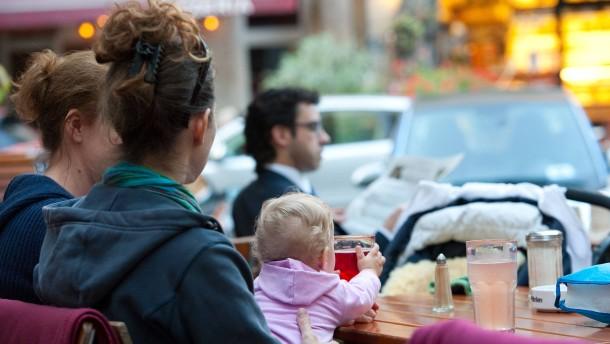 Mehr Mütter nehmen Elternzeit – und gehen früher wieder arbeiten