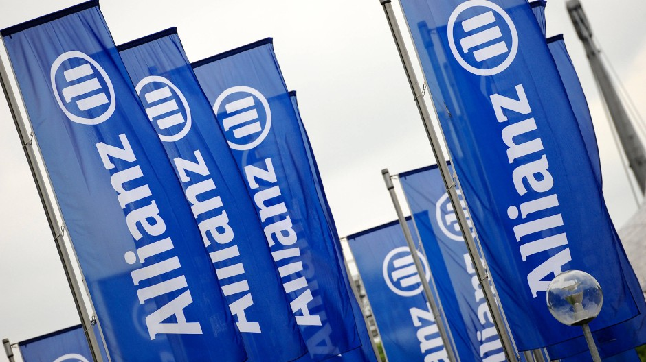 Fahnen mit dem Logo der Allianz wehen vor Beginn der Hauptversammlung des Versicherungskonzerns im Münchner Olympiapark.