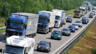 Deutschland und Frankreich verstoßen mit dem gesetzlichen Mindestlohn für ausländische Lkw-Fahrer gegen EU-Recht, meint die Kommission.