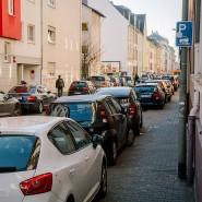 An einem Verkehrsmittel mangelt es in deutschen Städten nicht. Die Folgen sind Parkplatzmangel, enge Fußwege und drohende Kollisionen.