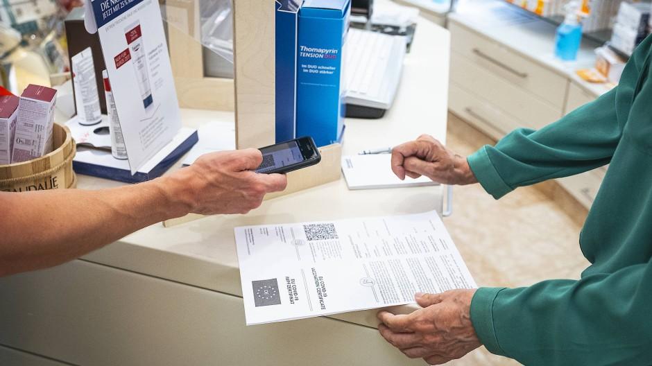 Einmal scannen bitte: Erstellen eines digitalen Impfnachweises in einer Frankfurter Apotheke