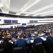 Abgeordnete sitzen während einer Abstimmung im Plenarsaal des Europäischen Parlaments in Straßburg.
