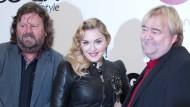"""Popsängerin Madonna und die Unternehmer Jürgen (l.) und Rolf Jopp eröffnen ihren Fitness Club """"Hard Candy Fitness"""" am 17. Oktober 2013 in Berlin."""