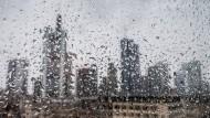 Regen in Frankfurt: Negativzinsen bedeuten auch für Kleinsparer weniger Rendite.