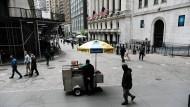 Amerika: Menschen gehen an der New Yorker Börse vorbei, nachdem die Aktienkurse gefallen sind.