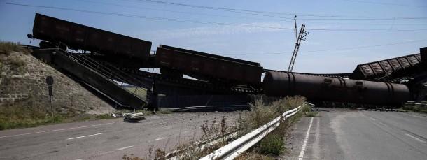 Eine während der Kämpfe zwischen Separatisten und ukrainischer Armee zerstörte Eisenbahnbrücke nahe Donezk.