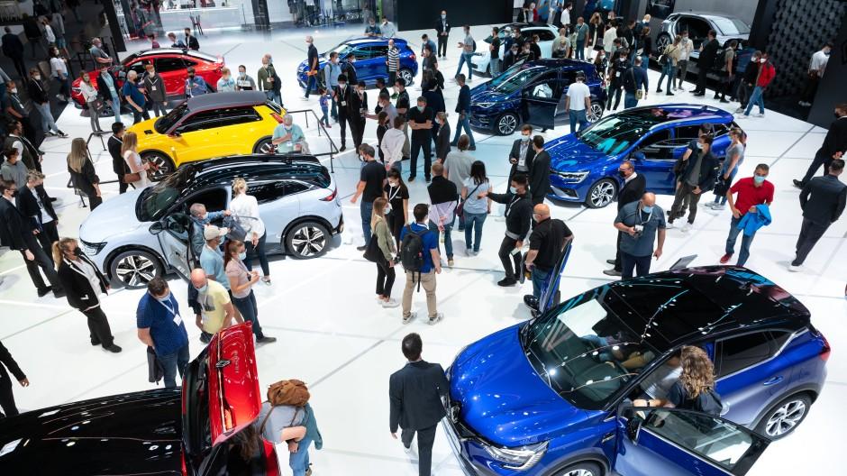 Messebesucher schauen sich während der Internationalen Automobil-Ausstellung (IAA Mobility) am Stand von Renault die neuen Modelle an.