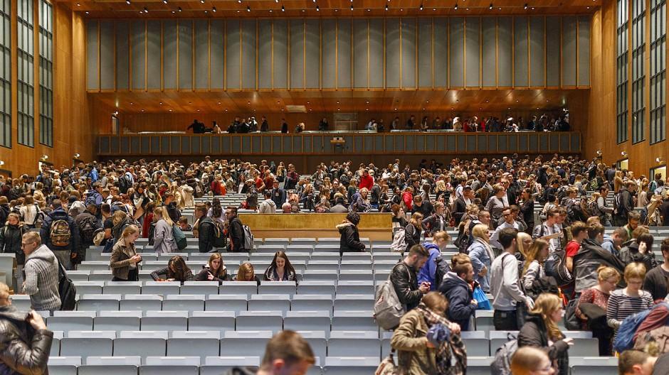 An den hessischen Hochschulen soll es im Wintersemester wieder mehr Präsenzveranstaltungen geben. (Symbolbild)