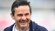 Dirk Schuster, 48 Jahre alt, hat Darmstadt von der Dritten in die Erste Bundesliga gebracht und dort gehalten.