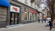 In der Haupteinkaufsstraße von Chisinau, der Hauptstadt der Republik Moldau, ist eine der elf Filialen der ProCredit Bank dort gelegen.