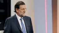 """Lange hat Spaniens Regierungschef Rajoy ein Hilfsprogramm für sein Land ausgeschlossen. Nun sagt er: """"Wir werden sehen, ob es wirklich nötig ist und was die Bedingungen sind."""""""