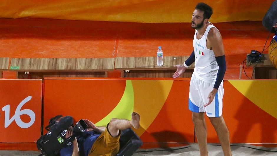 Versandet: Ein Kameramann stürzt bei der Übertragung des olympischen Beach-Volleyballs.