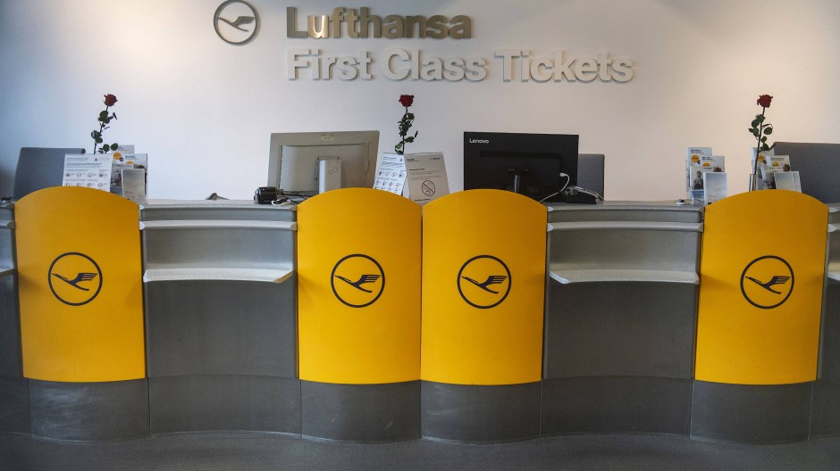 Verwaister Ticketschalter der Deutschen Lufthansa in Frankfurt während der Corona-Pandemie