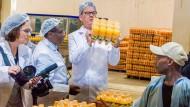 Bundesentwicklungsminister Gerd Müller (CSU) beim Besuch der Getränkefirma Kevian