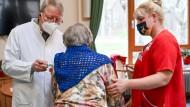 Gut informiert Seniorin bei der Corona-Impfung