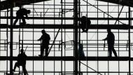 Deutschlands Arbeitsmarkt ist weiter robust - Firmen melden gerade so viele offene Stellen wie noch nie.