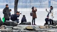 Besuchers des Sommerpalastes in Peking: Chinesen nutzen Handys häufiger und für Dinge als viele Menschen im Westen.