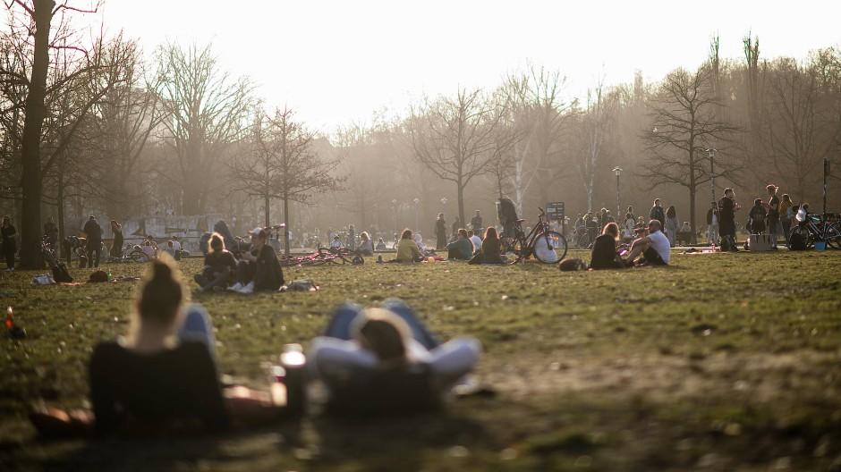 Volkspark in Berlin-Friedrichshain: Viele Ökonomen plädieren für einen Stufenplan für Lockerungen.