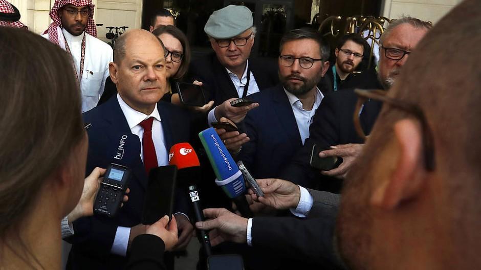 Olaf Scholz spricht in Riad mit Journalisten