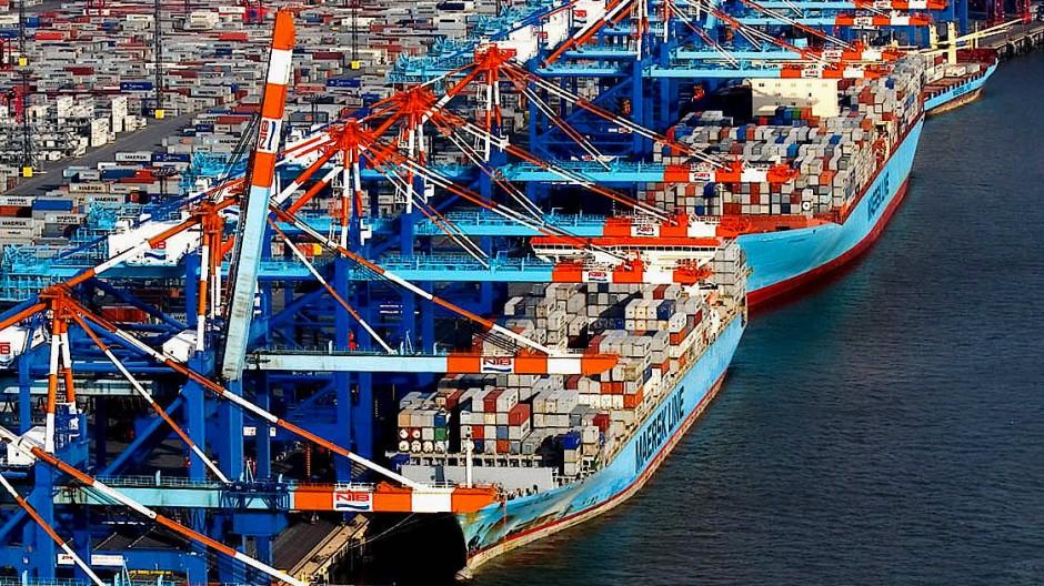 Schiffe werden beladen am Nordsee-Terminal des Hafens von Bremerhaven.