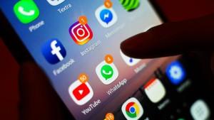 Whatsapp und Co übertreffen Festnetz